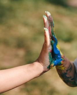 Babybauch und Fingerfarbe