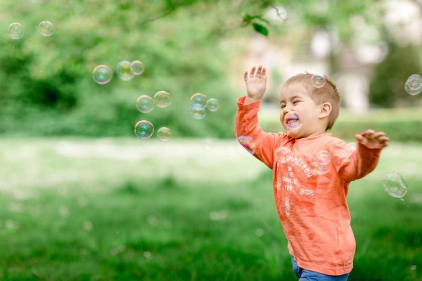 Familienfotos Braunchweig – Gänseblümchen und Seifenblasen